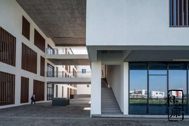 清水混凝土与现代建筑相融合,打造安徽大学美术楼的徽系建筑风格