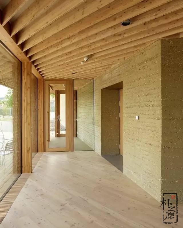 瑞士鸟类研究所游客中心:绿色开放的节能夯土建筑