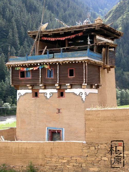 四川甘孜的夯土墙建筑民居