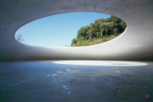 """丰岛美术馆--白色清水混凝土建筑的""""一滴泪"""""""